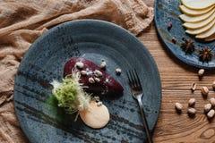 hoogste mening van gastronomisch dessert met peer in wijn stock foto
