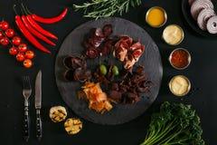 hoogste mening van gastronomisch geassorteerd vlees op leiraad, diverse sausen en groenten royalty-vrije stock foto