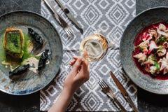 hoogste mening van gastronomisch gebraden zander, ceviche met dorado en persoonsholdingsglas royalty-vrije stock afbeeldingen