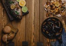 Hoogste mening van geassorteerde zeevruchten en gebakken vissen met brood Royalty-vrije Stock Afbeelding