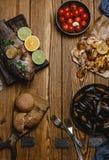 Hoogste mening van geassorteerde zeevruchten en gebakken vissen met brood en tomaten Stock Afbeelding