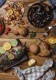 Hoogste mening van geassorteerde zeevruchten en gebakken vissen met brood en tomaten Stock Afbeeldingen