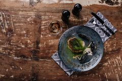 hoogste mening van gebraden gastronomisch zander en glas wijn stock fotografie