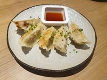 Hoogste mening van gebraden Pottenstickers of Gyoza met een soja gebaseerde onderdompelende saus royalty-vrije stock afbeelding