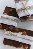 Hoogste mening van gebroken die chocoladestukken in Witboek en rustieke streng worden verpakt royalty-vrije stock foto
