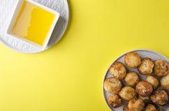 Hoogste mening van gefrituurde kaasballen met honing Heerlijke snack op de kleurrijke oppervlakte stock afbeeldingen