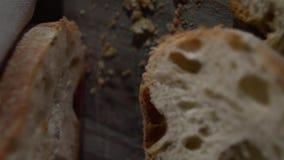 Hoogste mening van gehakte stukken van vers brood stock footage