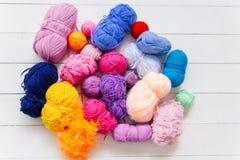 Hoogste mening van gekleurde garenballen en breinaalden Stock Foto