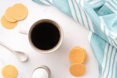 Hoogste mening van gekookt ei in ceramisch eierdopje, kop van koffie en dunne knapperige graanspaanders op achtergrond van mooi w royalty-vrije stock afbeeldingen