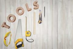 Hoogste mening van gele bouwinstrumenten en hulpmiddelen op de witte houten lijst Royalty-vrije Stock Foto's