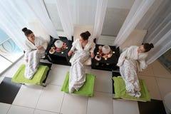 Hoogste mening van gelukkige vrouwen die in schoonheidssalon ontspannen Royalty-vrije Stock Foto