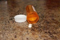 Hoogste mening van geneeskundepillen en tabletten met oranje pillenflessen voor gezondheidszorg Medisch hulpconcept royalty-vrije stock foto's