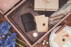 hoogste mening van geopende uitstekende koffer met voorwerpen over royalty-vrije stock afbeelding