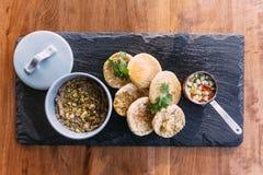Hoogste mening van geroosterd die varkensvlees met koriander wordt en met een Engelse muffin, groenten in het zuur en verkruimeld stock afbeeldingen