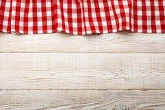 Hoogste mening van geruit tafelkleed op witte houten lijst Stock Afbeeldingen