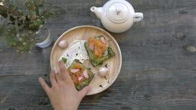 Hoogste mening van Gezonde Sandwichtoost met sla, ham, kaas, zalm en koffie en thee, op een houten achtergrond stock video