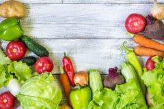 Hoogste mening van gezonde voedselachtergrond met exemplaarruimte Gezond voedselconcept met verse groenten Stock Afbeeldingen