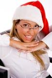 Hoogste mening van glimlachende manager die Kerstmishoed draagt Stock Foto's