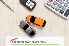 Hoogste mening van goedgekeurde autoverzekering met autosleutel, autostuk speelgoed en cal Stock Fotografie