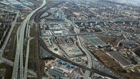 Hoogste mening van grijze metropool Panorama van grote stad met gebieden en het overgaan van lange weg in bewolkt weer suburban stock afbeelding
