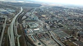 Hoogste mening van grijze metropool Panorama van grote stad met gebieden en het overgaan van lange weg in bewolkt weer suburban royalty-vrije stock afbeelding