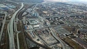 Hoogste mening van grijze metropool Panorama van grote stad met gebieden en het overgaan van lange weg in bewolkt weer suburban stock foto