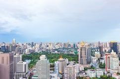 Hoogste mening van groen park in grote stad bij schemering, Bangkok Thailand royalty-vrije stock foto