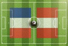Hoogste mening van groen voetbalgebied met vlaggen van Frankrijk en Peru Royalty-vrije Stock Fotografie