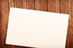 Hoogste mening van groetkaart het hangen op oude houten achtergrond, begroetend concept Royalty-vrije Stock Afbeelding