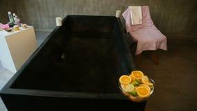 Hoogste mening van grote badkamers met geassorteerde producten voor skincare en ontspanning stock video