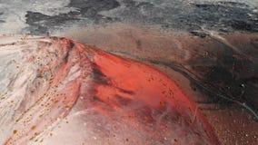 Hoogste mening van grote krater van uitgestorven vulkaan, Lanzarote, de Canarische Eilanden stock video