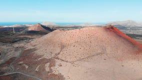 Hoogste mening van grote krater van uitgestorven vulkaan, Lanzarote, de Canarische Eilanden stock videobeelden