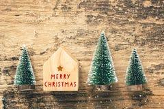 Hoogste mening van handschrift rode Vrolijke Kerstmis op huisstuk speelgoed met min royalty-vrije stock afbeeldingen