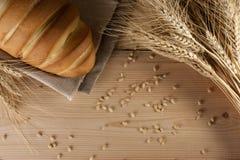 Hoogste mening van heerlijke aromatische verse baguette, brood en tarwe op houten lijst copyspace, tekstruimte baksel, ingrediënt stock afbeeldingen