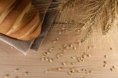 Hoogste mening van heerlijke aromatische verse baguette, brood en tarwe op houten lijst copyspace, tekstruimte baksel, ingrediënt royalty-vrije stock afbeeldingen