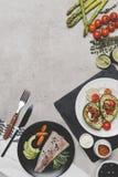 hoogste mening van heerlijke gezonde schotels met vissen en avocado stock afbeelding