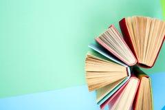 Hoogste mening van heldere kleurrijke boek met harde kaftboeken in een cirkel Royalty-vrije Stock Fotografie