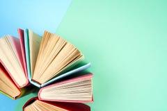 Hoogste mening van heldere kleurrijke boek met harde kaftboeken in een cirkel Royalty-vrije Stock Foto's