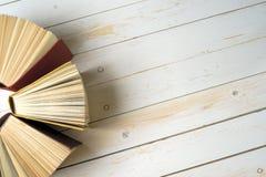 Hoogste mening van heldere kleurrijke boek met harde kaftboeken in een cirkel stock fotografie
