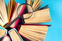 Hoogste mening van heldere kleurrijke boek met harde kaftboeken in een cirkel Stock Foto's