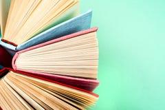 Hoogste mening van heldere kleurrijke boek met harde kaftboeken in een cirkel Stock Foto