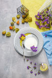 Hoogste mening van heldere physalis, een plaat met citroenschil en gele carambola, een glas melk op een grijze achtergrond stock foto