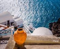 Hoogste mening van heldere terracottaamfora op het balkon met Egeïsche overzees op de achtergrond in Santorini, Griekenland Stock Afbeelding