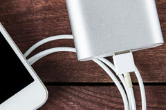 Hoogste Mening van het Belasten Smartphone met Grey Portable External Batt Royalty-vrije Stock Foto's