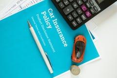 Hoogste mening van het concept van de Autoverzekering met autoverzekeringspolis en vorm, calculator, stuk speelgoed auto, Pen en  stock afbeeldingen