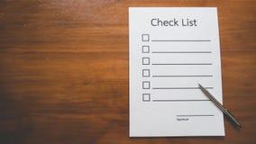 Hoogste mening van het document van de Controlelijst met pen op houten lijst in bedrijfsconcept Stock Fotografie