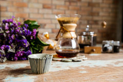 Hoogste mening van het gietende water van de grondkoffie op koffiedik met FI Royalty-vrije Stock Foto