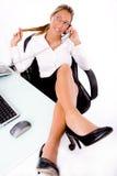 Hoogste mening van het glimlachen werknemer het spreken op telefoon stock afbeelding