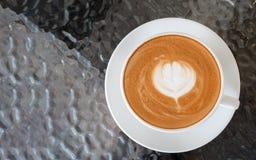 Hoogste mening van het hete schuim van de de bloemvorm van de koffie latte kunst op glaslijst Royalty-vrije Stock Afbeelding
