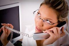 Hoogste mening van het jonge professionele spreken op telefoon Royalty-vrije Stock Afbeelding